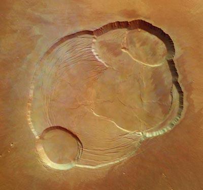 Voici la caldeira d'Olympus Mons, le plus grand volcan du système solaire culminant à 26 km d'altitude. La caldeira du volcan est formé d'une série d'anciens lacs de lave qui se sont peu à peu affaissés les un sur les autres donnant les formations visibles aujourd'hui. Les failles sont dues au poids énorme du volcan. Les falaises de la caldeira font 3 km et l'image, obtenue le 21 janvier, fait 102 km de côté.