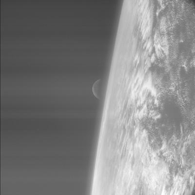 Imagen de la salida de la Luna sobre el Océano Pacífico, tomada desde la sonda Rosetta