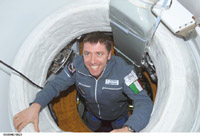 Roberto Vittori enters the ISS