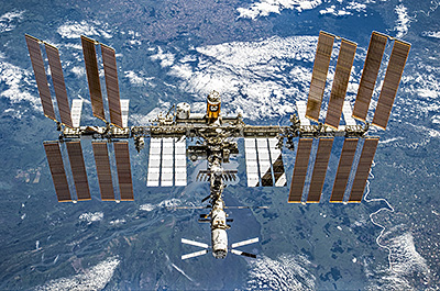 "Mysterious ""Space Craft"" WITH Windows Spotted in Sky UNDER the ISS Above Earth! ISS_L,1"