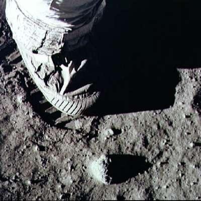 pisando o solo lunar pela primeira vez