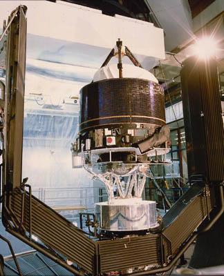 Die Raumsonde Giotto wird zum Start vorbereitet