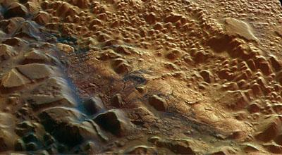 Dépôts de sédiments mystérieux à la surface de Mars