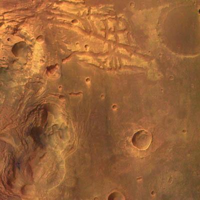Cette photographie en couleur et en trois dimensions a été réalisée par Mars Express alors que la sonde était à 275 km d'altitude. Elle couvre une région située au sud de Valles Marineris, le grand canyon martien. La résolution de l'image est de 12m par pixel.