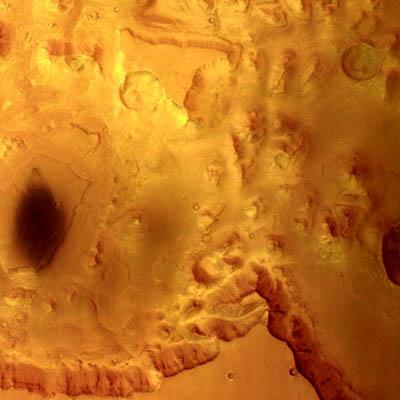 Les falaises du canyon Valles Marineris vues par 5° Nord et 323° Est. Leurs contours gracieux montrent que l'érosion de l'eau a joué un rôle dans le canyon durant l'histoire géologique de la planète.