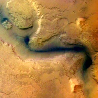 Une photographie de l'est du bassin d'impact d'Hellas, prise le 15 janvier par Mars Express. On observe un canal, Reull Vallis, qui a jadis été façonné par l'eau.
