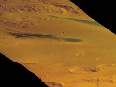 Mars Express a photographié le 16 janvier le grand cratère de Gusev, où a atterri le rover américain Spirit. Ce dernier se trouve approximativement au centre de cette image en trois dimensions. Le cratère de Gusev, d'un diamètre de 160 km, a probablement hébergé dans le passé de grandes quantités d'eau liquide, faisant de lui un véritable lac.