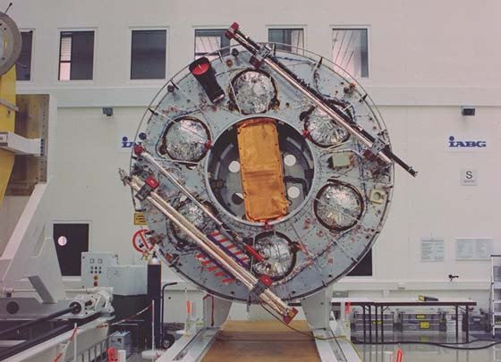 Space in Images - 1998 - 01 - Cluster II spacecraft ready ...