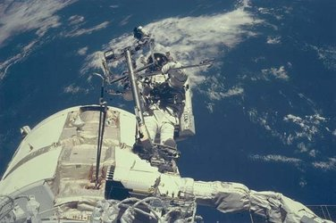 STS-88 EVA connects Unity/Zarya