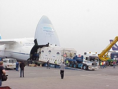Loading Envisat onto the Antonov