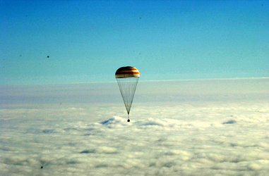 Andromède mission - Soyuz capsule descends to Earth