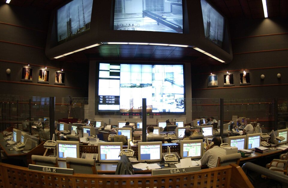 Jupiter control room during Ariane V-145 launch, 1 March 2002, carrying ESA's Envisat satellite