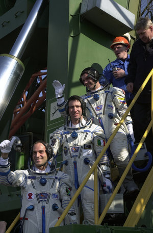 Marco Polo mission crew going up to the Soyuz capsule at Baikonour launch pad (Thursday 25 April 2002)