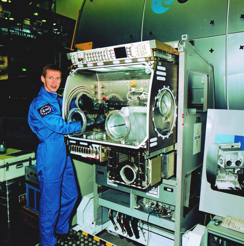 Frank De Winne works with the Microgravity Science Glovebox (MSG)