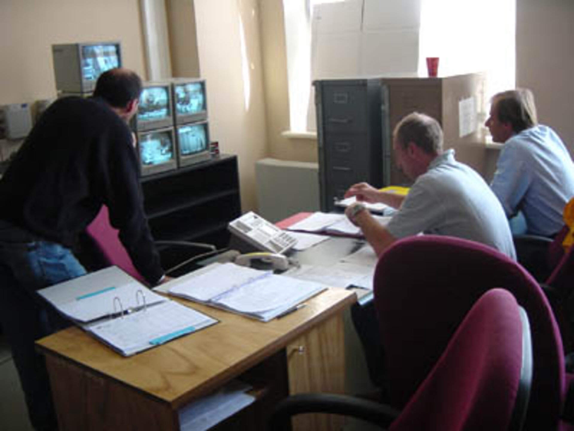 21.09.02 The observer team, double-checking the completion of the step-by-step procedure