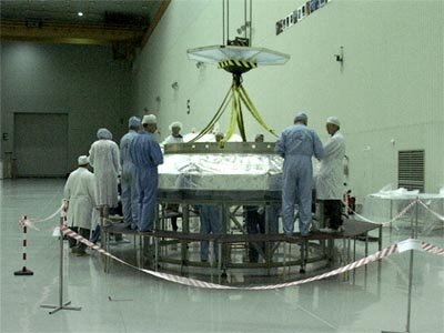 24.09.02  The separation system being lowered on top of the Proton adaptor
