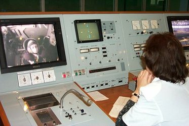Frank De Winne can be seen on the monitor during the landing exam