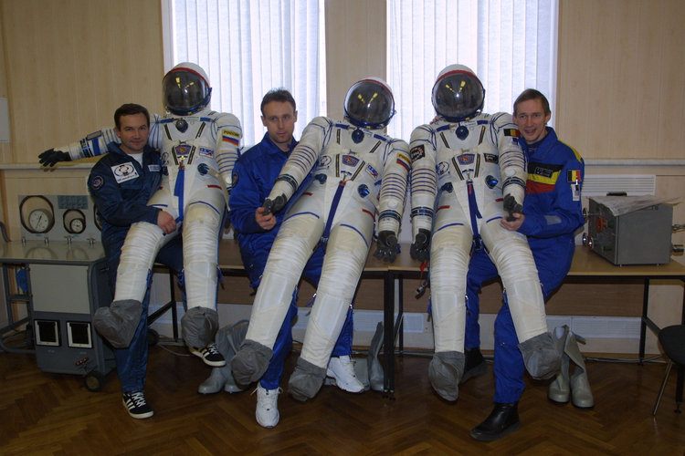 Odissea mission crew showing their spacesuits