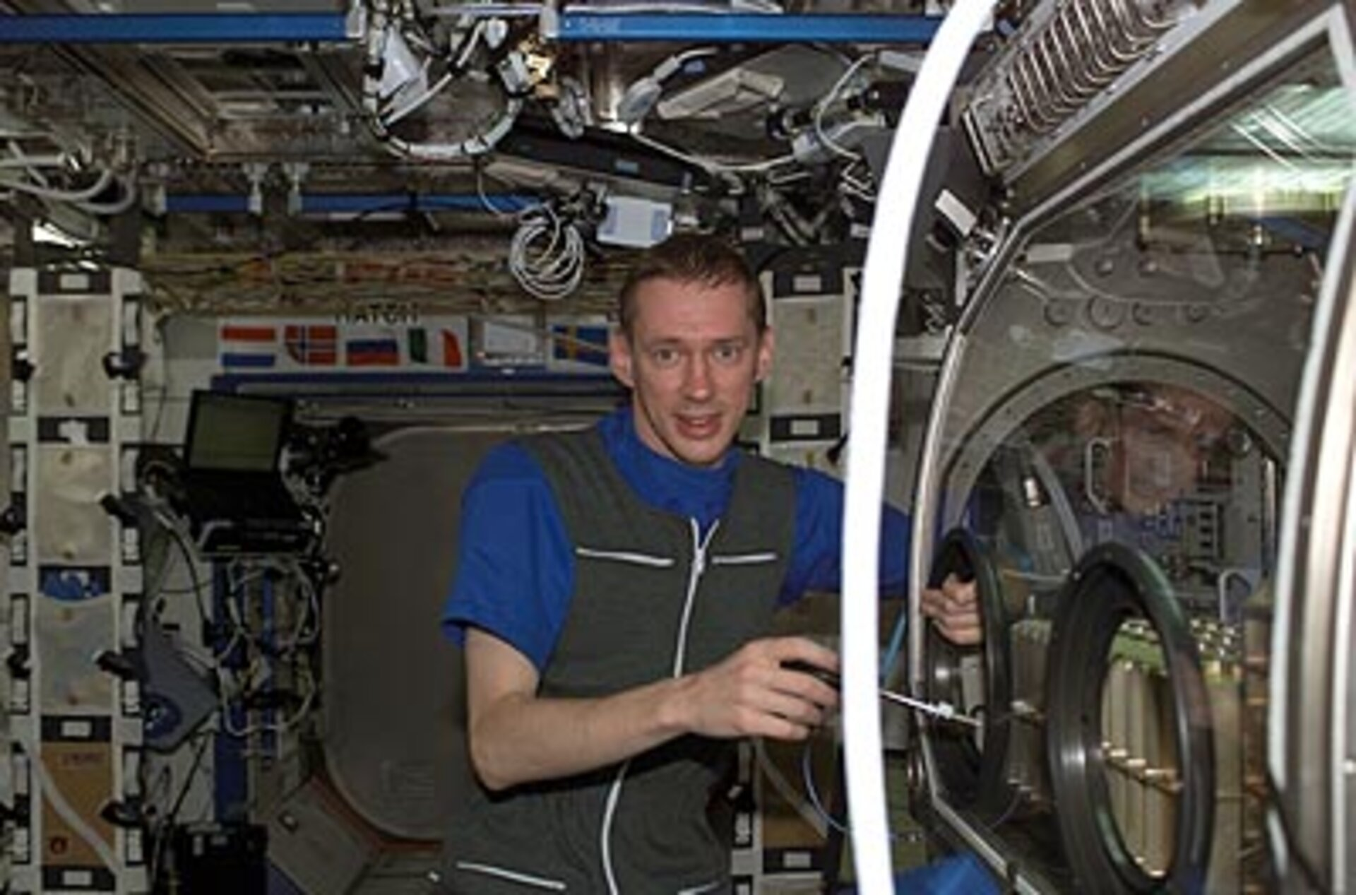 Frank De Winne works with the Microgravity Science Glovebox