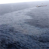 Part of an oil slick of several kilometers follows the stricken