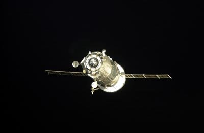 Progress approaches the aft docking port on the Zvezda Service M