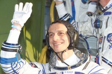 A last wave to the crowd from Pedro Duque as the crew climb the steps to the Soyuz TMA-3 capsule