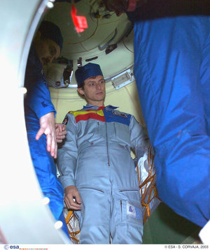 Inspection of the Soyuz TMA-3 capsule
