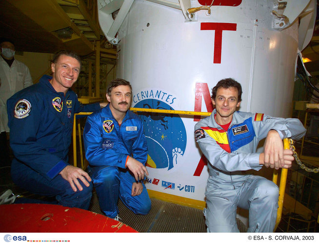 Michael Foale, Alexander Kaleri and Pedro Duque in front of the rocket fairing