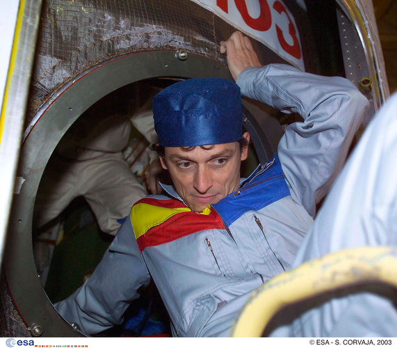 Pedro Duque inspects the Soyuz TMA-3 capsule