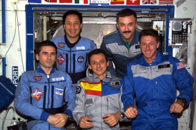 Pedro Duque together with the ISS Expedition Seven and Eight crews