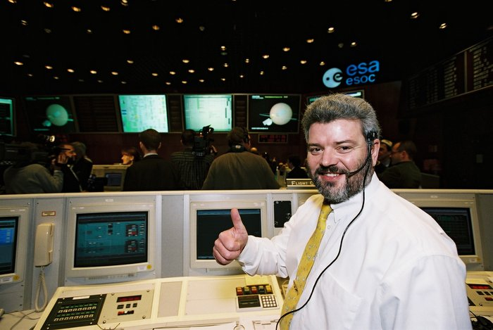 ESA's Mars Express Flight Director Mike McKay in the Main Control Room at ESOC during orbit insertion and arrival at Mars, 25 December 2003.
