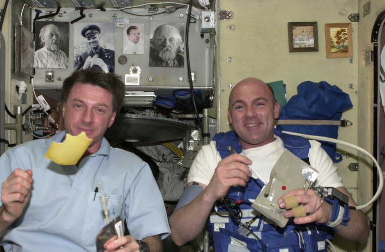 ESA astronaut Kuipers and his NASA colleague Foale eat Dutch cheese for breakfast on board the International Space Station
