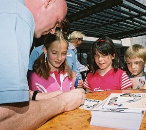 André Kuipers hands out autographs to young space fans