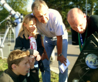 Amateur astronomer helps ESOC guests view the Sun