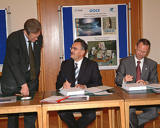 Signing of the GOCE High-Level Processing Facility Contract