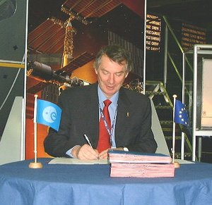 Daniel Sacotte signs the accession contracts
