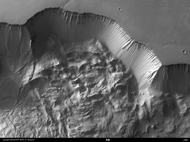 Close-up on north wall of Tithonium Chasma