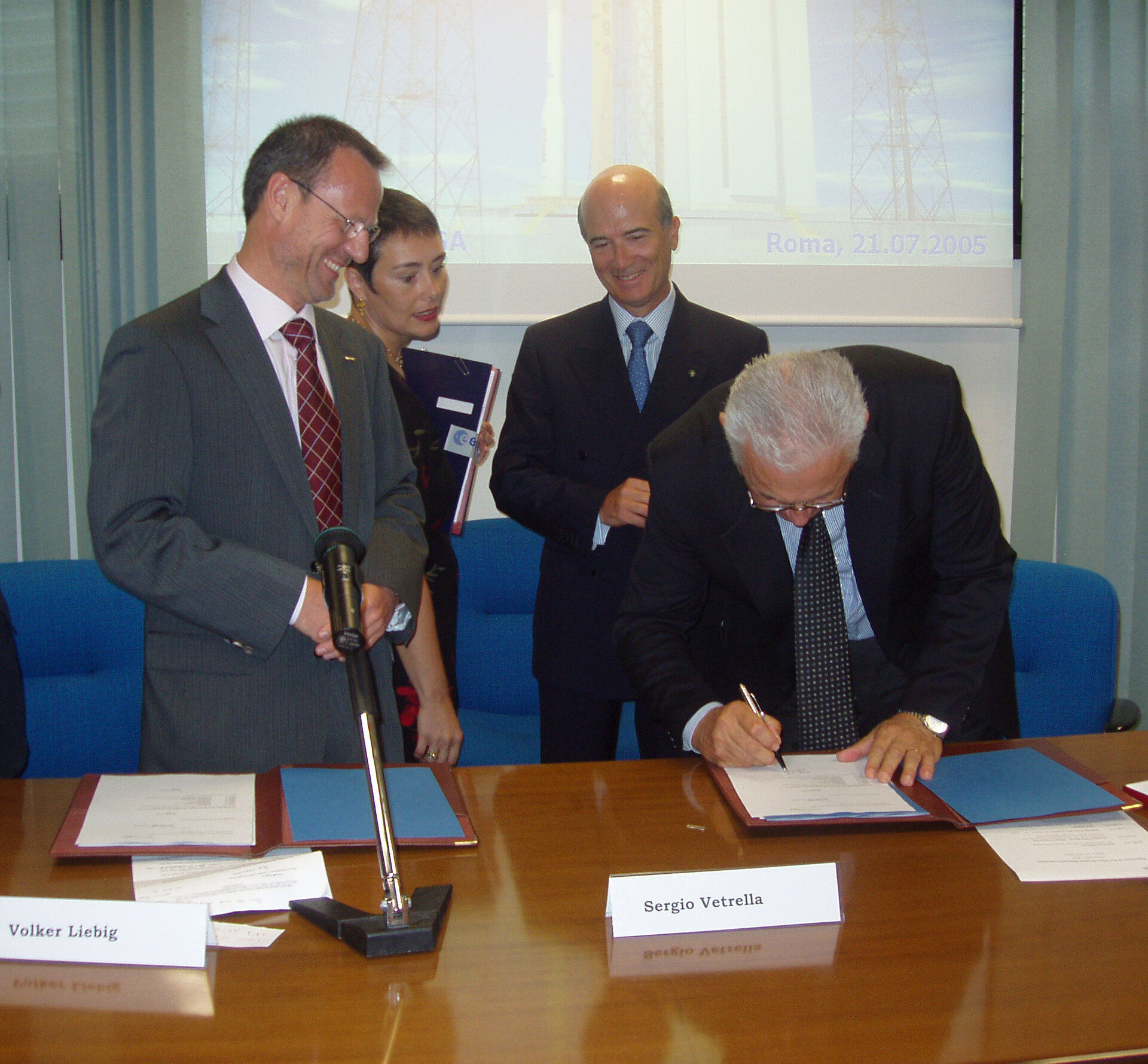 Signing of contract for Vega ground segment