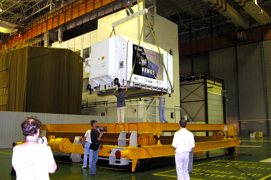 Venus Express arrives at the MIK 112 hangar