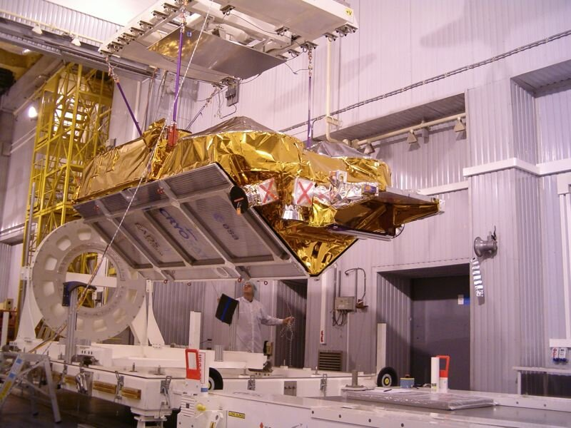 CryoSat is lifted on slings