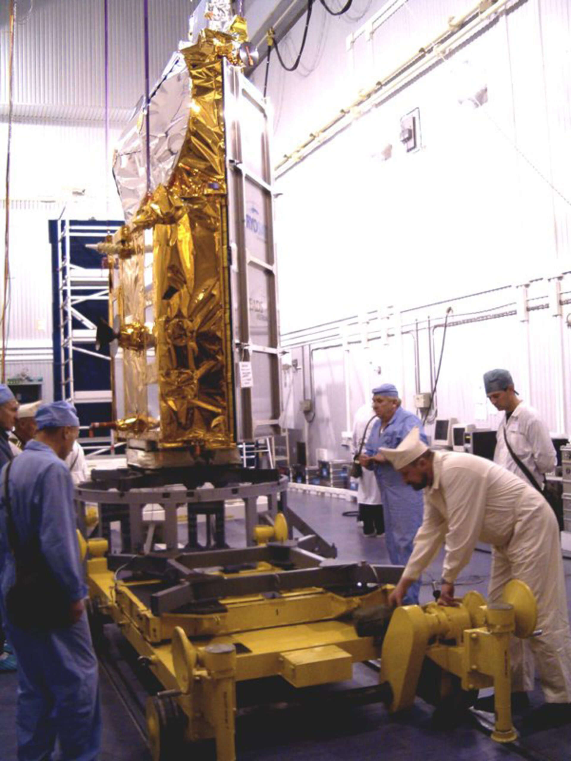 CryoSat is rolled to clean room B