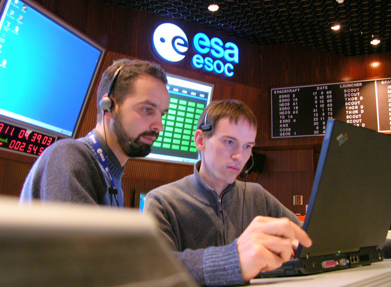 Space in Images - 2005 - 11 - Venus Express controllers in ...