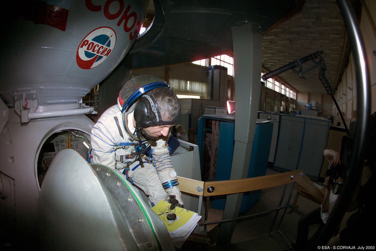 Thomas Reiter during a training session inside the Soyuz TMA simulator