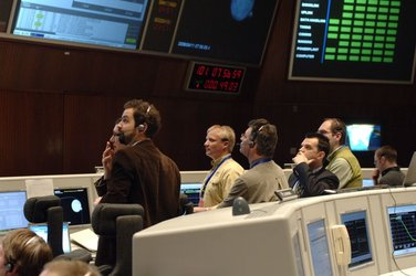 Venus Express controllers wait for confirmation of orbit entry