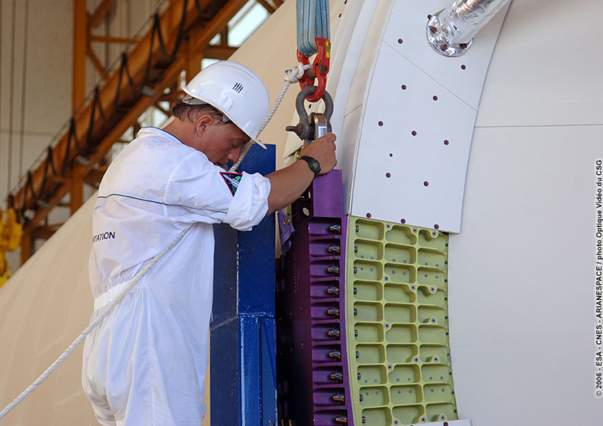 Removal of transport container from the main cryogenic stage