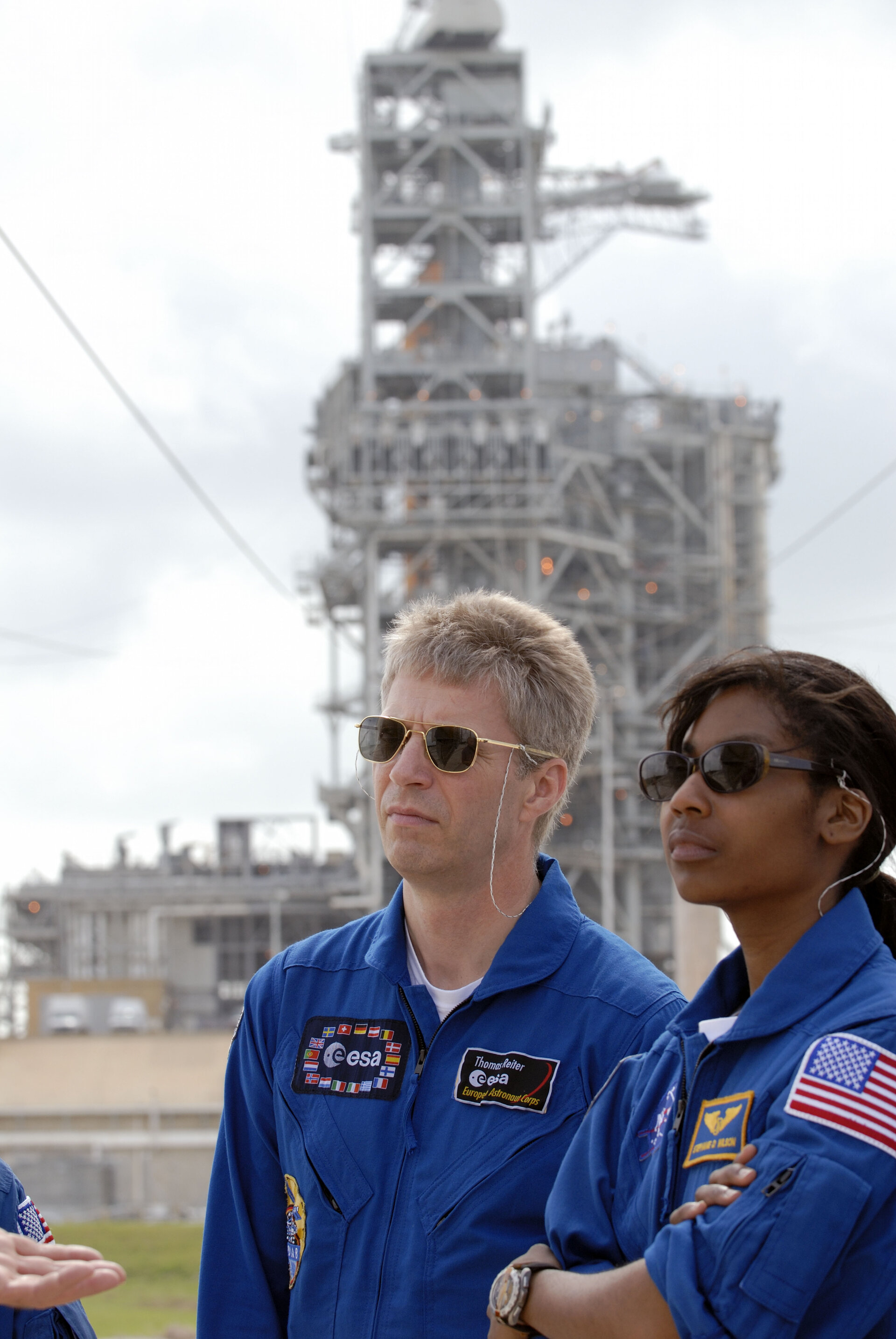 Thomas Reiter and fellow STS-121 crewmember Stephanie Wilson in front of Launch Pad 39B