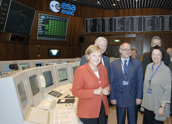 Chancellor Merkel and guests in ESOC main control room