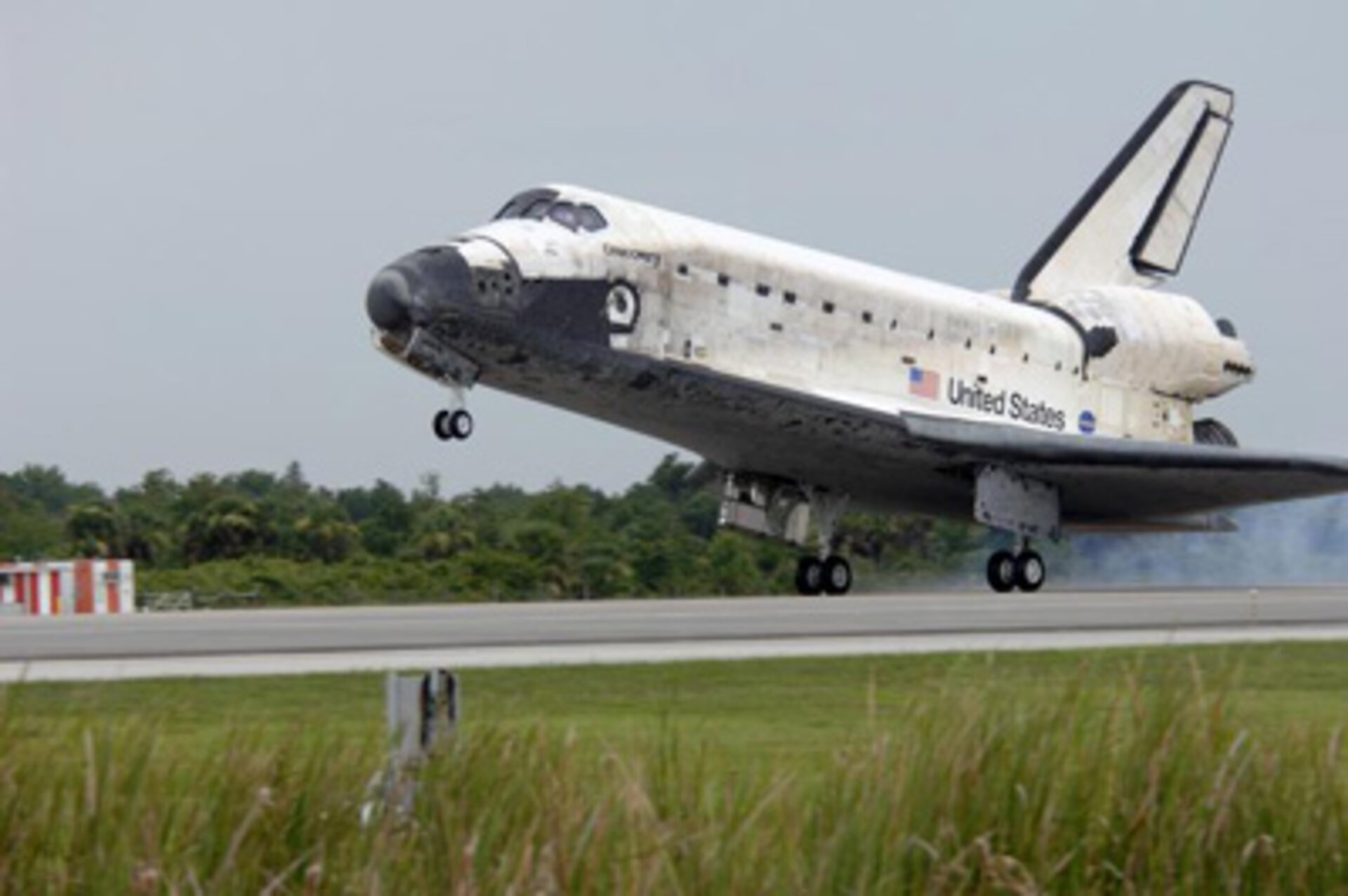 Space Shuttle Discovery lands at KSC