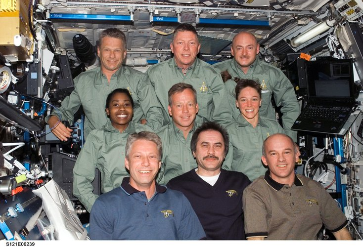 The STS-121 (green shirts) and Expedition 13 crewmembers