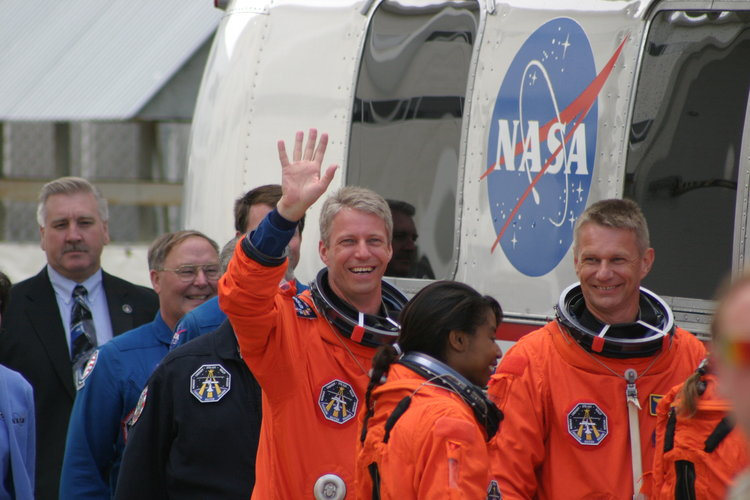 Thomas Reiter during walk-out to astronaut van on 2 July